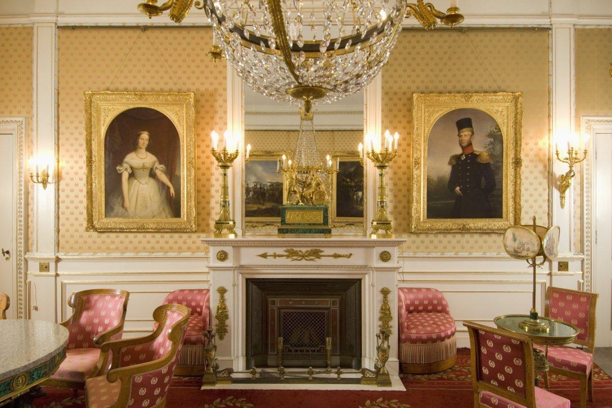 File interieur overzicht van de schouw met spiegel in de for De koning interieur