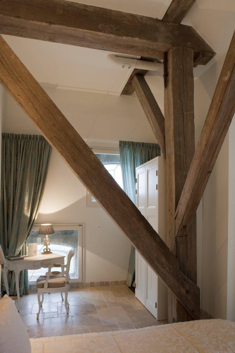 fileinterieur overzicht van hotelkamer op de eerste verdieping met zicht op de