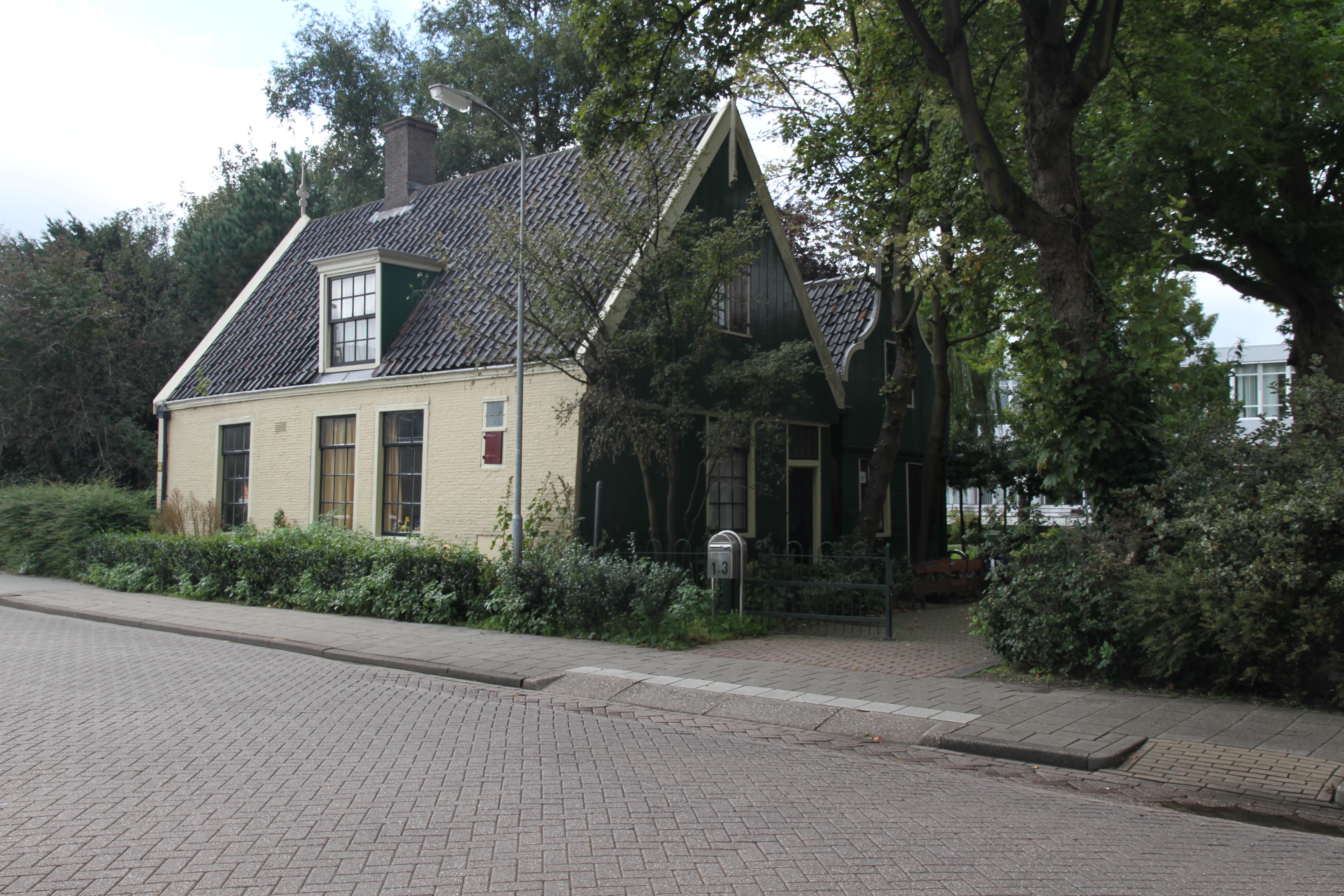 Houten huis met zadeldak evenwijdig aan de straat in koog aan de zaan monument for Hout huis