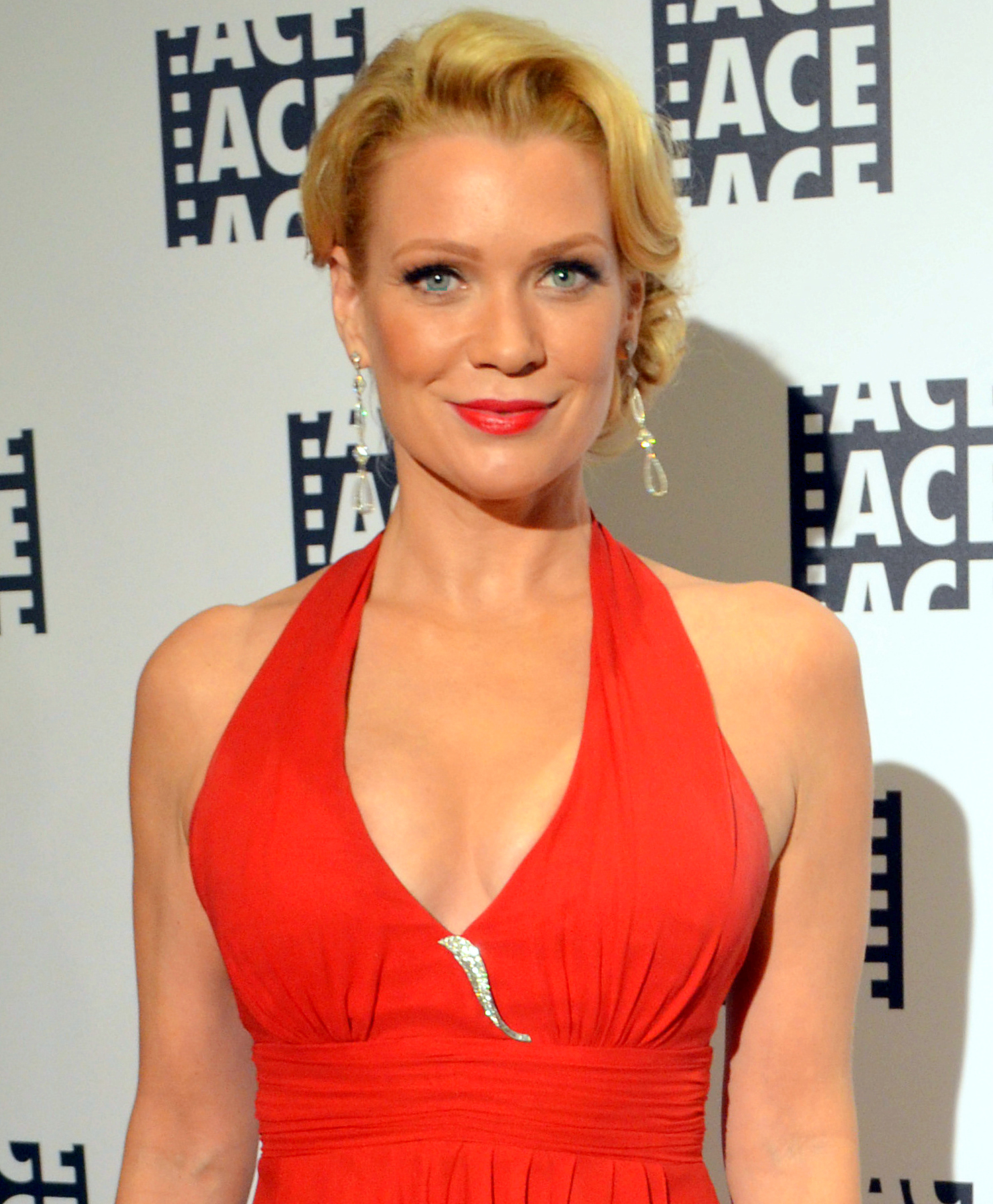 The 47-year old daughter of father Glenn Corbett and mother Adrienne Ellis , 170 cm tall Laurie Holden in 2017 photo