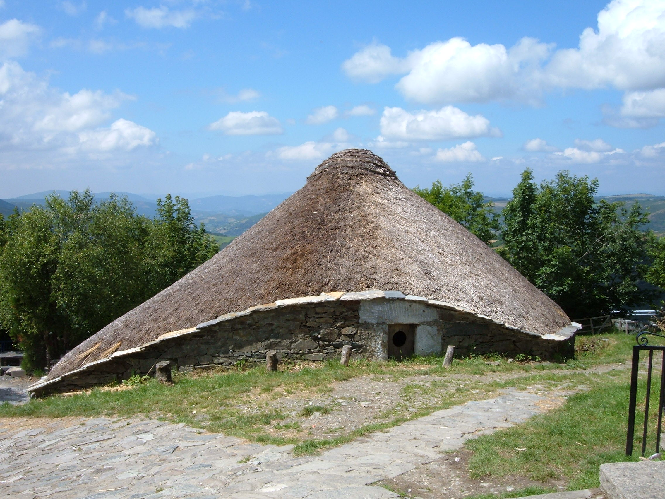 People who lived in rounded houses with thatched roofs about 1500s ...