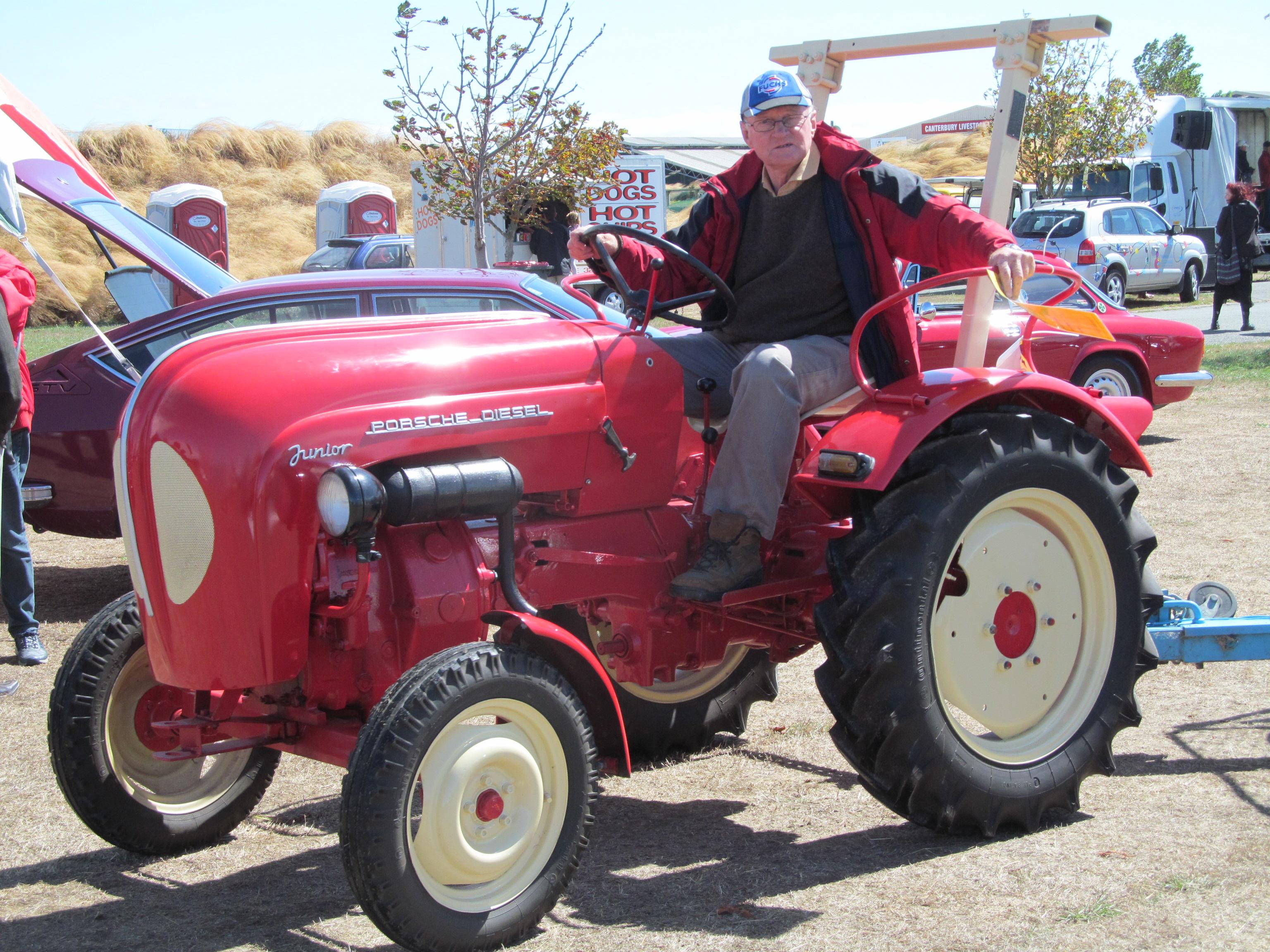 FilePorsche Diesel Junior Tractor (16815234315)