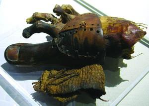 60975d683cf6 Ficheiro:Prótese-de-madeira-e-couro-em-uma-múmia-300x213.jpg