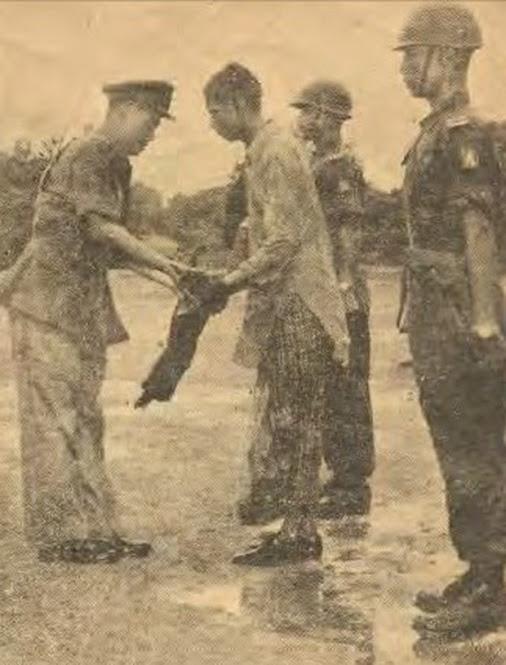 Rohingya mujahid surrenders (1961).jpg