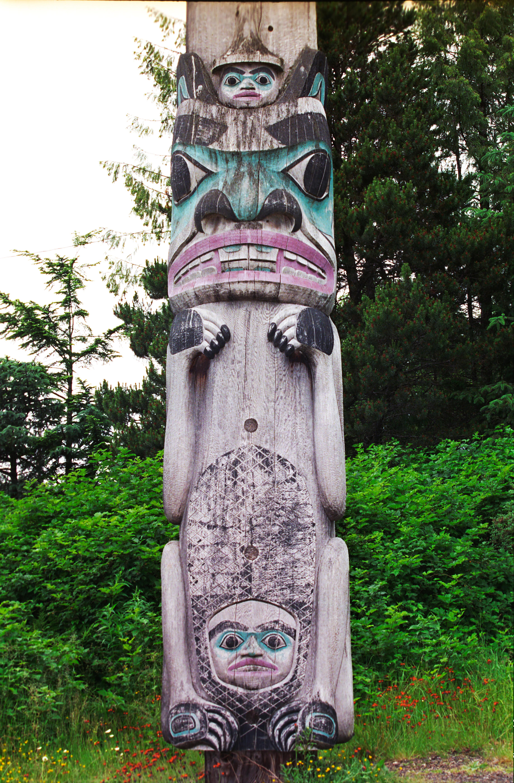 Totempfahl in Ketchikan, Alaska. Die untere Figur stellt einen Biber dar, die Figur darüber einen Bär