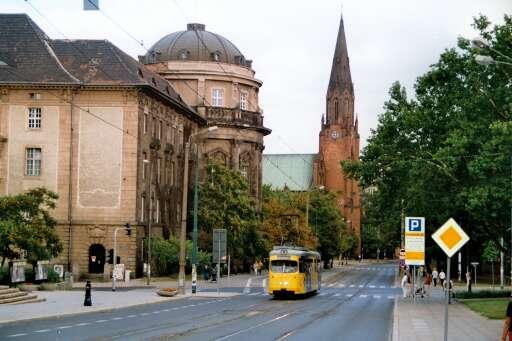 https://upload.wikimedia.org/wikipedia/commons/2/20/Street_Cafe_in_Poznan_03.jpg