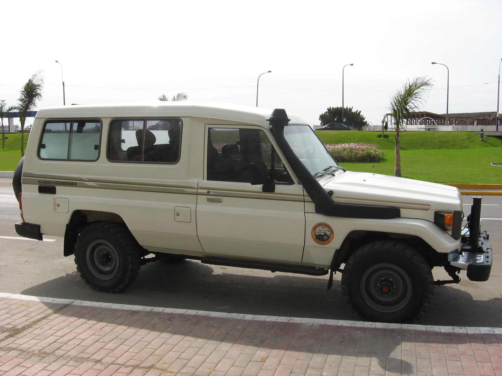 Description TOYOTA Land Cruiser HZJ75-03.jpg