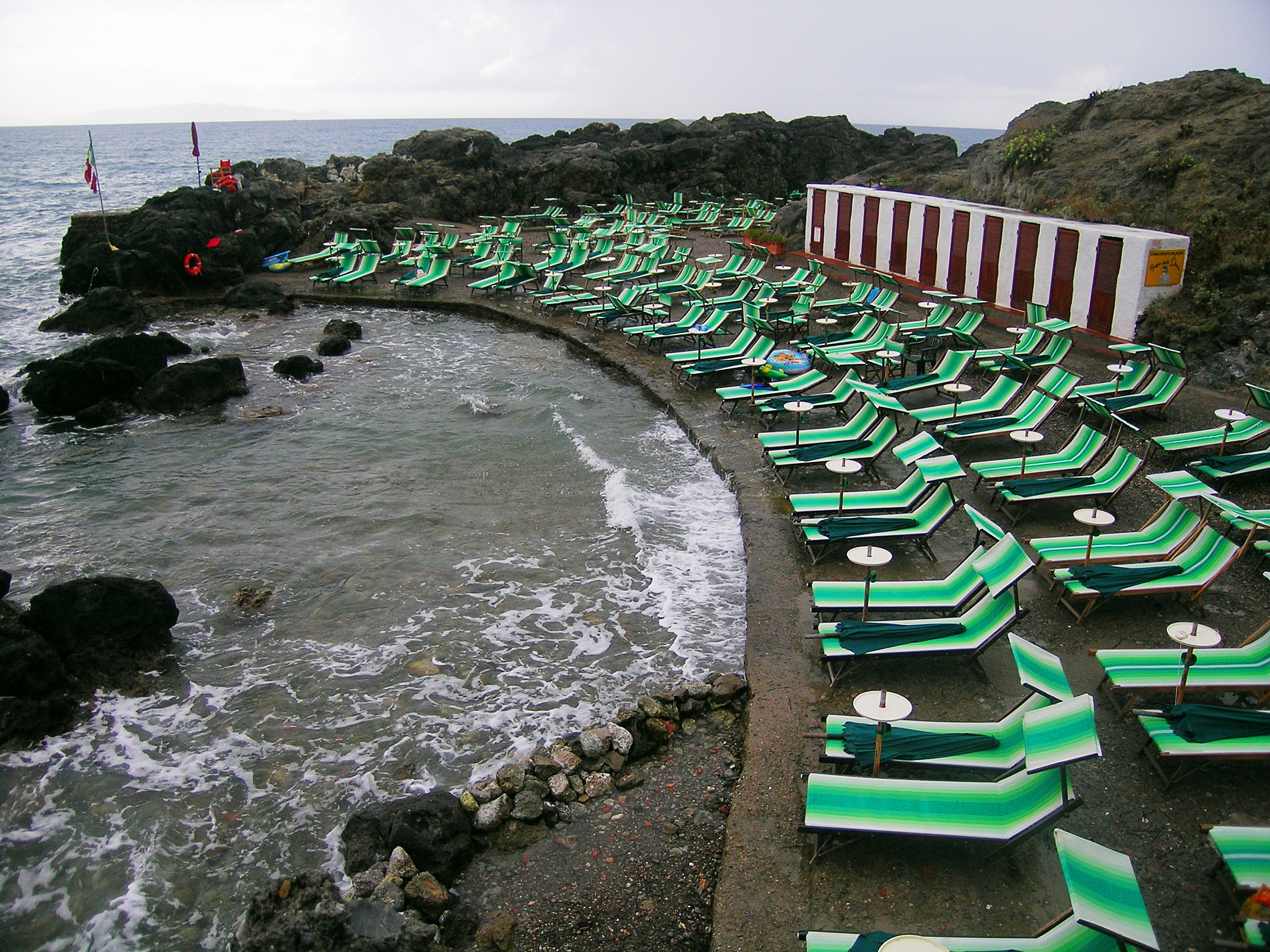 File talamone bagno donne wikimedia commons - Ragazze spiate in bagno ...