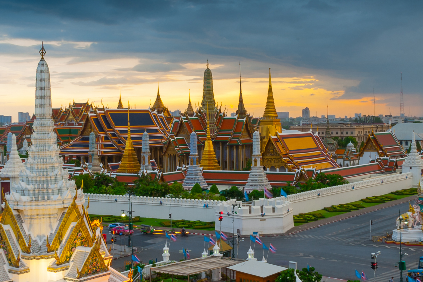 File:Temple of the Emerald of buddha or Wat Phra Kaew (cropped).jpg - Wikimedia Commons