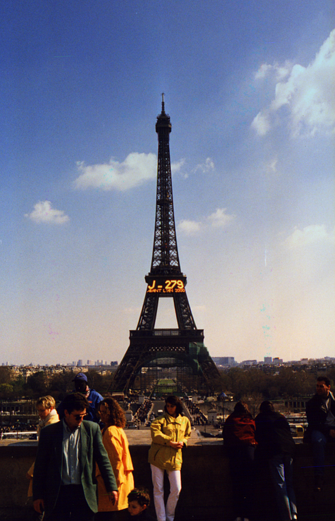 https://upload.wikimedia.org/wikipedia/commons/2/20/Tour_Eiffel_J-279_avant_lan_2000.jpg