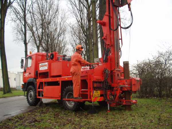 Truck mounted Pile driver 014.jpg