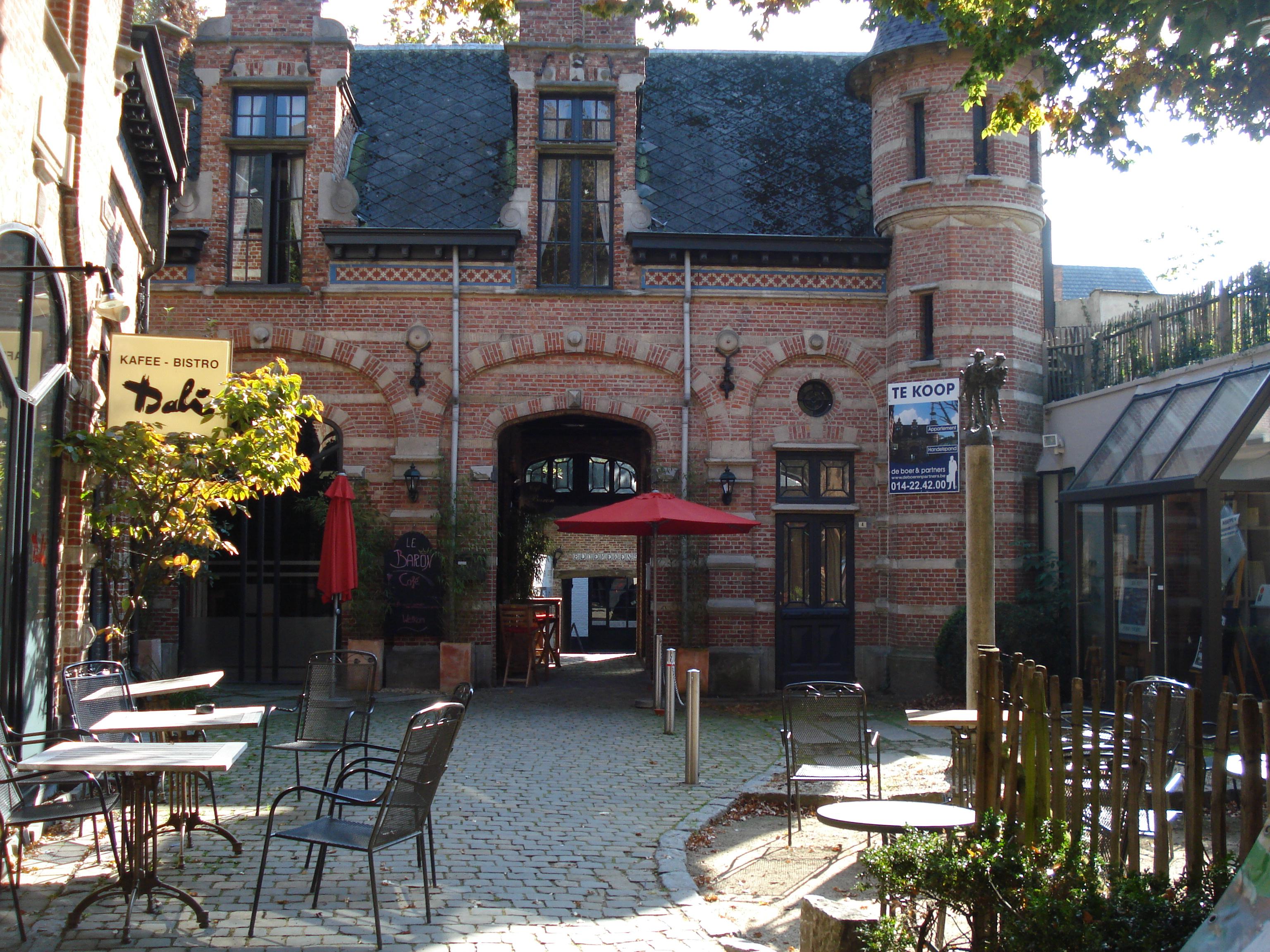 Turnhout, Tweetorentjesplein, Baron Frans du Fourstraat 4.jpg