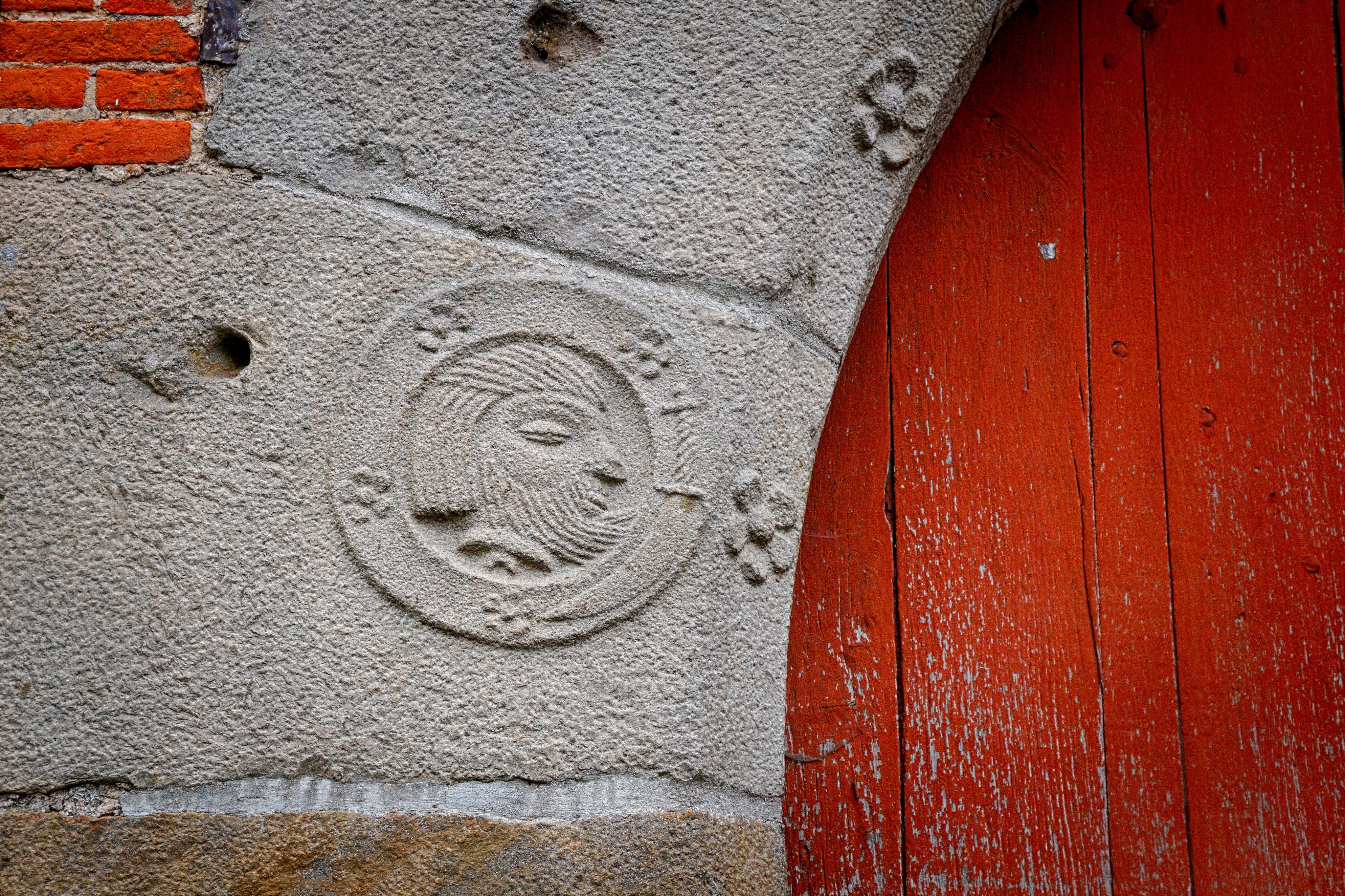 File abbaye de chaise dieu du theil porche d tail gauche for Chaise dieu du theil