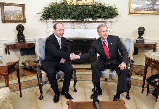 Rumunija Basescu_with_bush