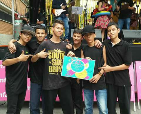 File:Beat owners crew Ganador concurso COMFAMA.jpg