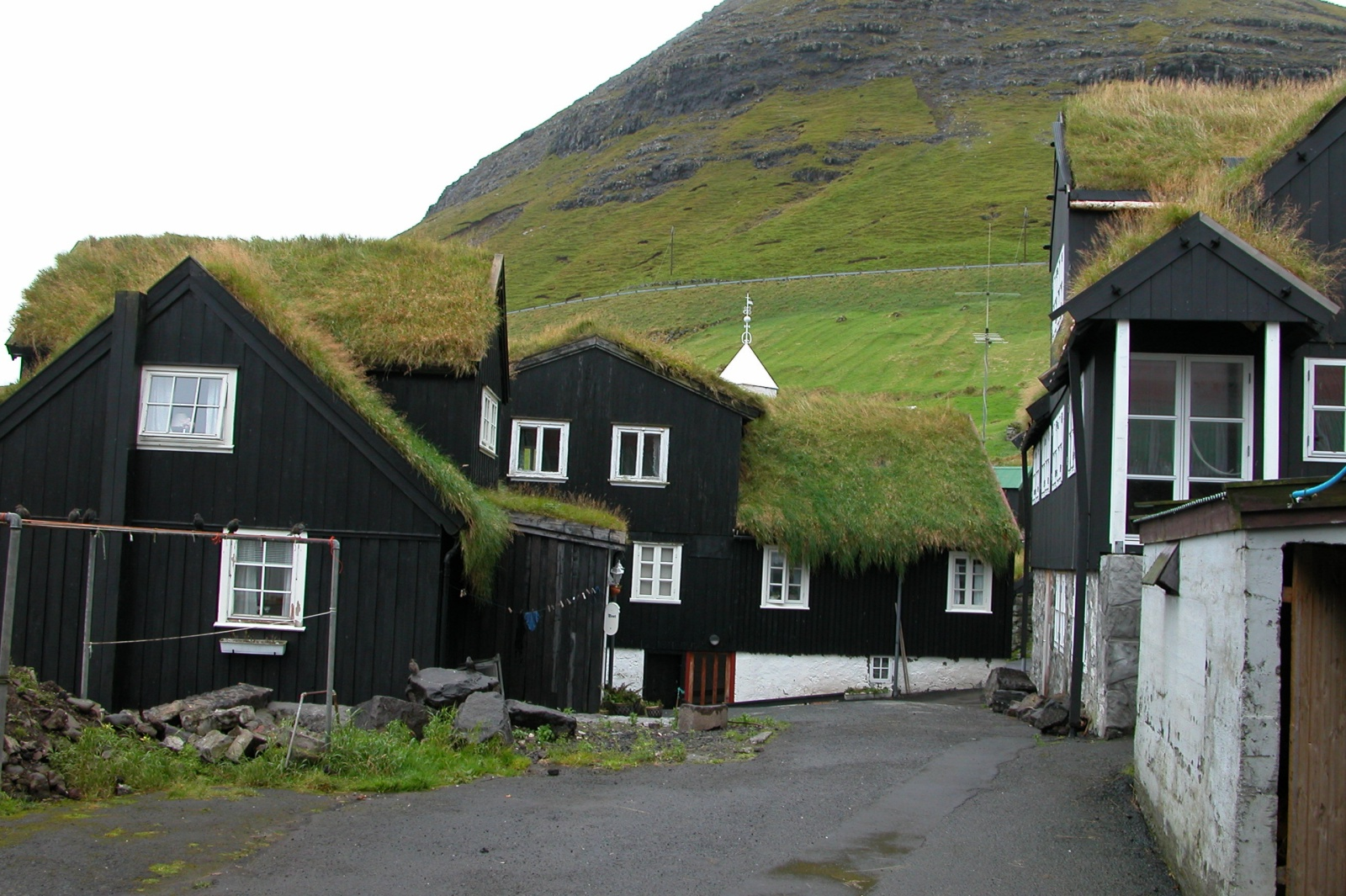 File bour faroe islands 3 jpg wikimedia commons for Forme de toiture maison