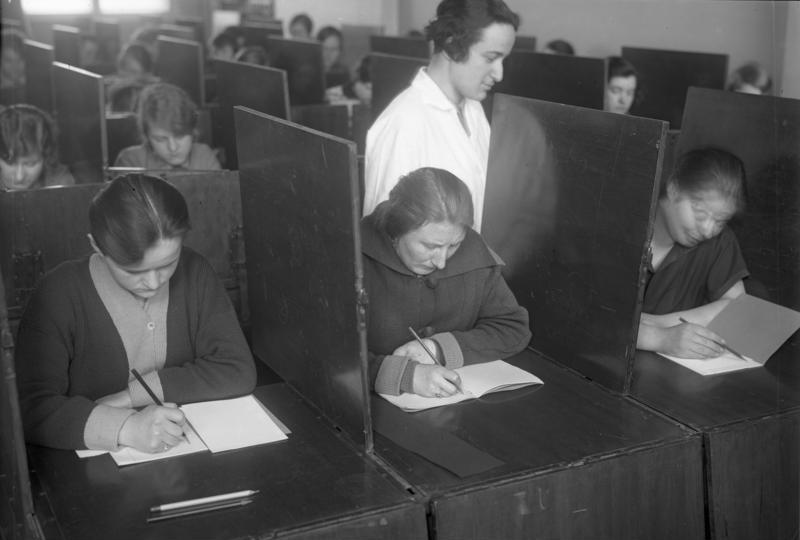 Bundesarchiv Bild 102-11344, Intelligenzprüfung schulentlassener Mädchen