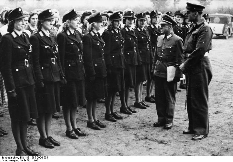 Datei:Bundesarchiv Bild 183-1985-0904-506, Berlin, britischen Offiziere begutachten Polizistinnen.jpg