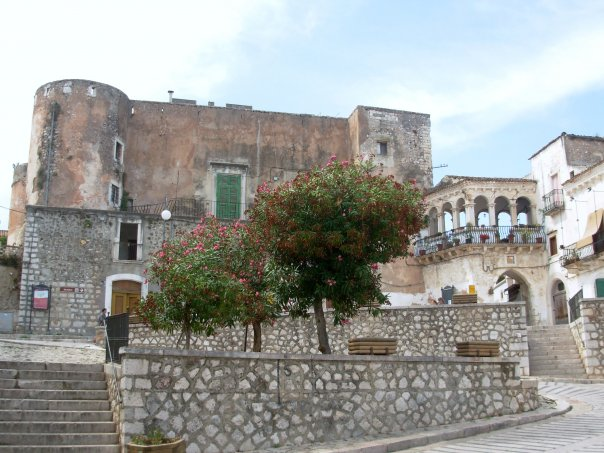 Castello di San Nicandro Garganico.jpg