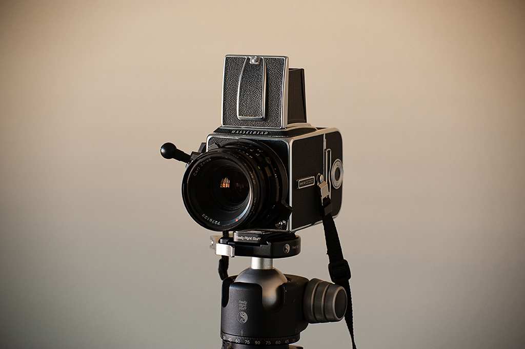 File:Hasselblad 500 CM with Zeiss Planar 80mm lens jpg - Wikimedia