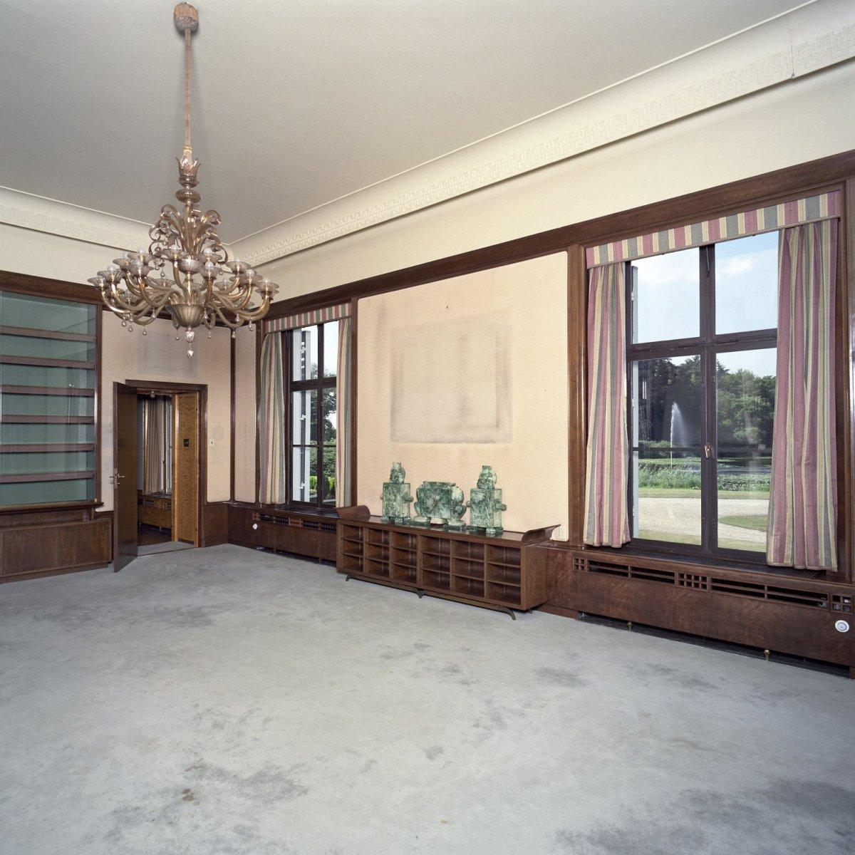 File:Interieur, overzicht van de lege bibliotheek annex woonkamer ...