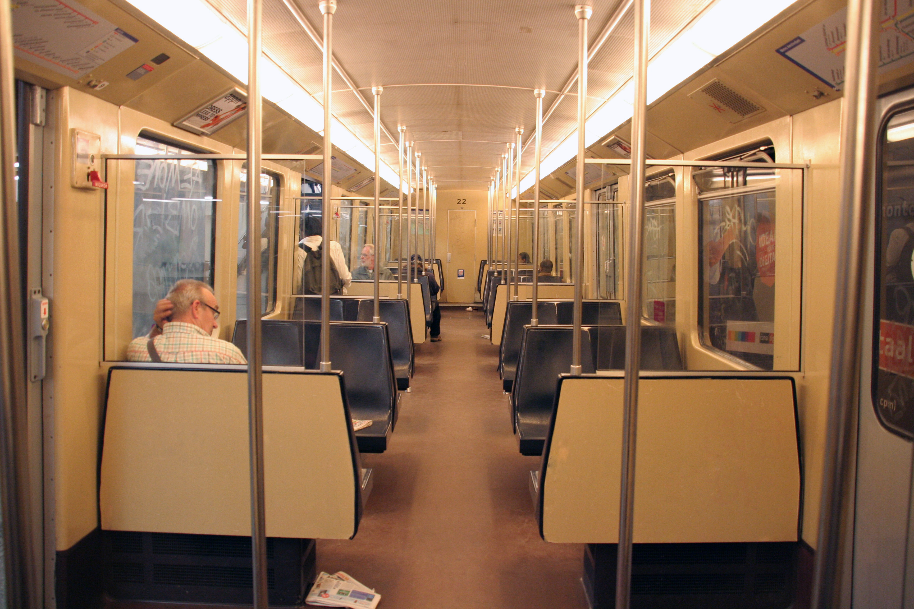 File:Interieur LHB Metro Amsterdam.jpg - Wikimedia Commons
