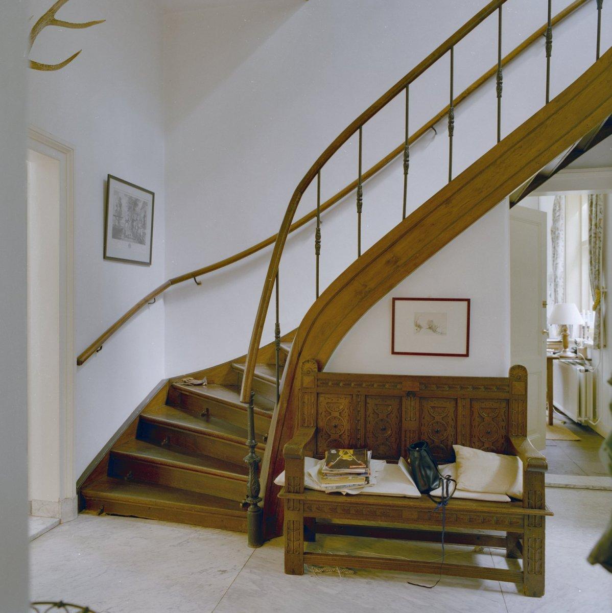 File interieur hal houten bank en gedeelte van trap wilp 20345676 wikimedia commons - Interieur houten trap ...