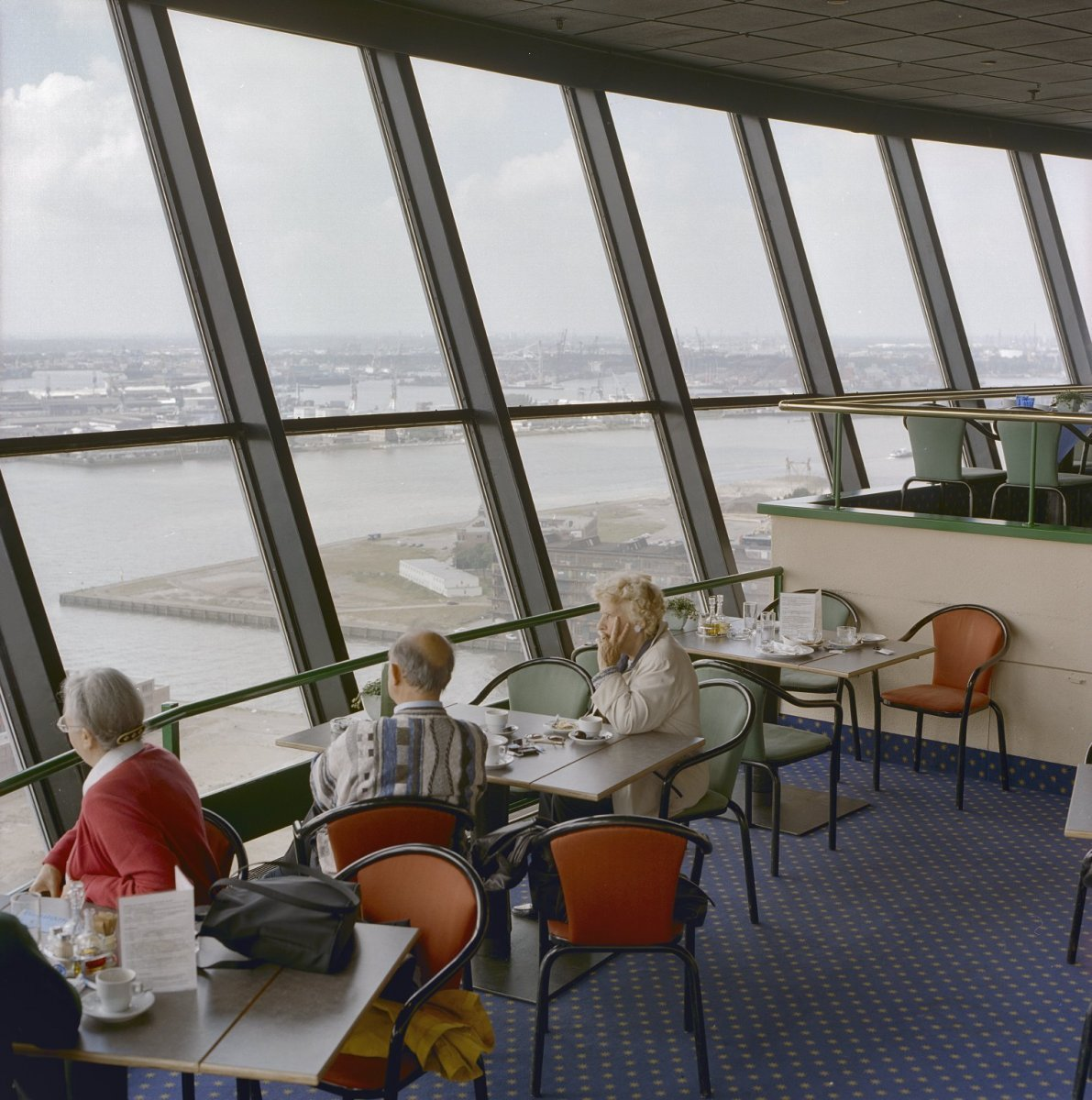 File interieur kraaiennest restaurant met uitzicht op de for Interieur restaurant