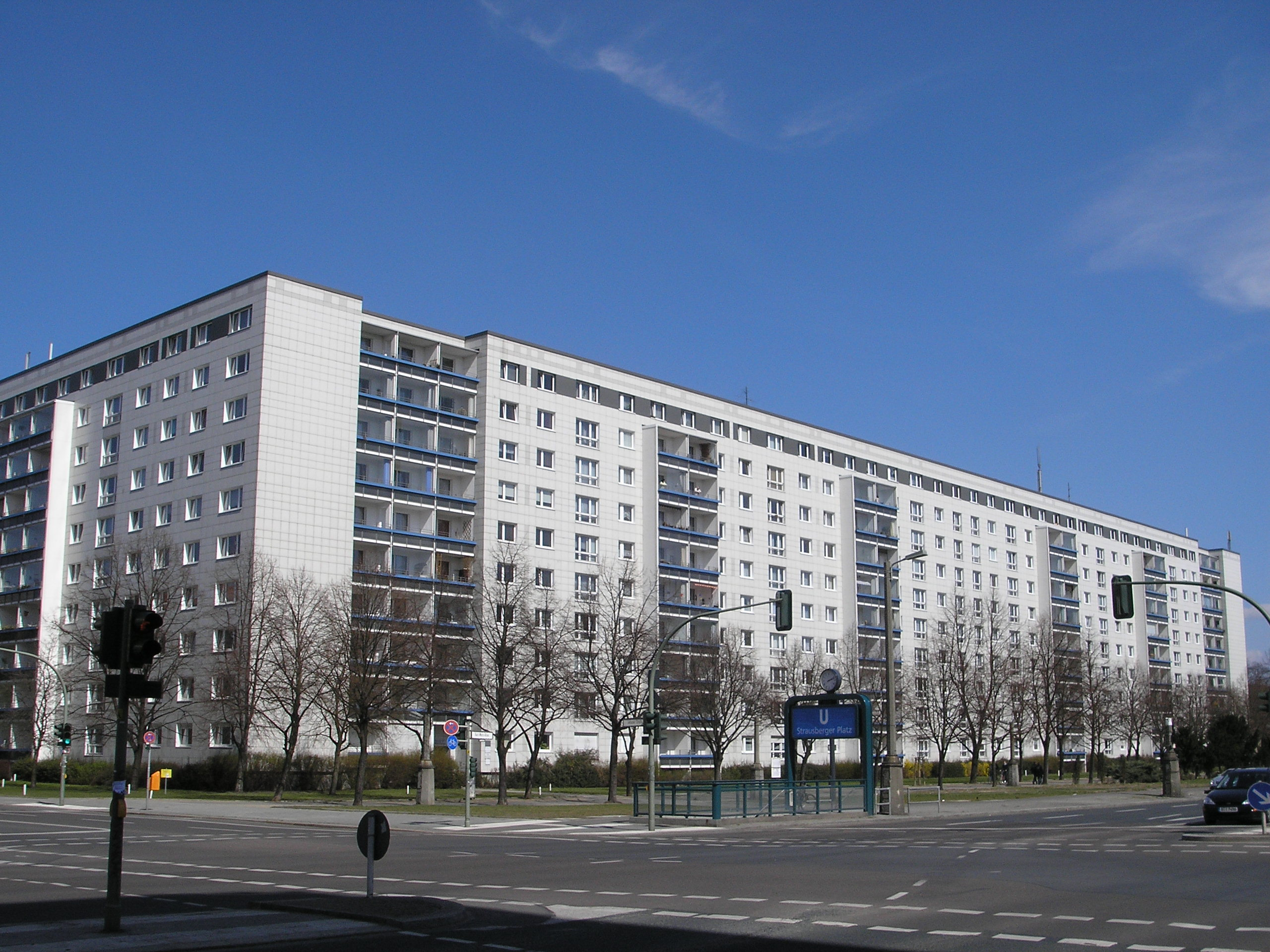 file karl marx allee plattenbau nord berlin april 2006 wikimedia commons. Black Bedroom Furniture Sets. Home Design Ideas