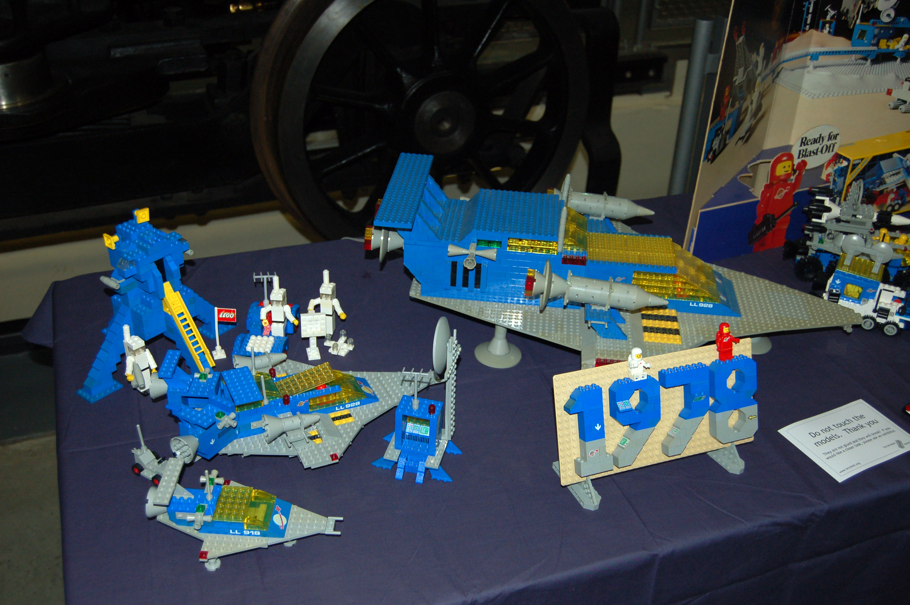 Description lego moon landing 565 1975 and lego space 1978