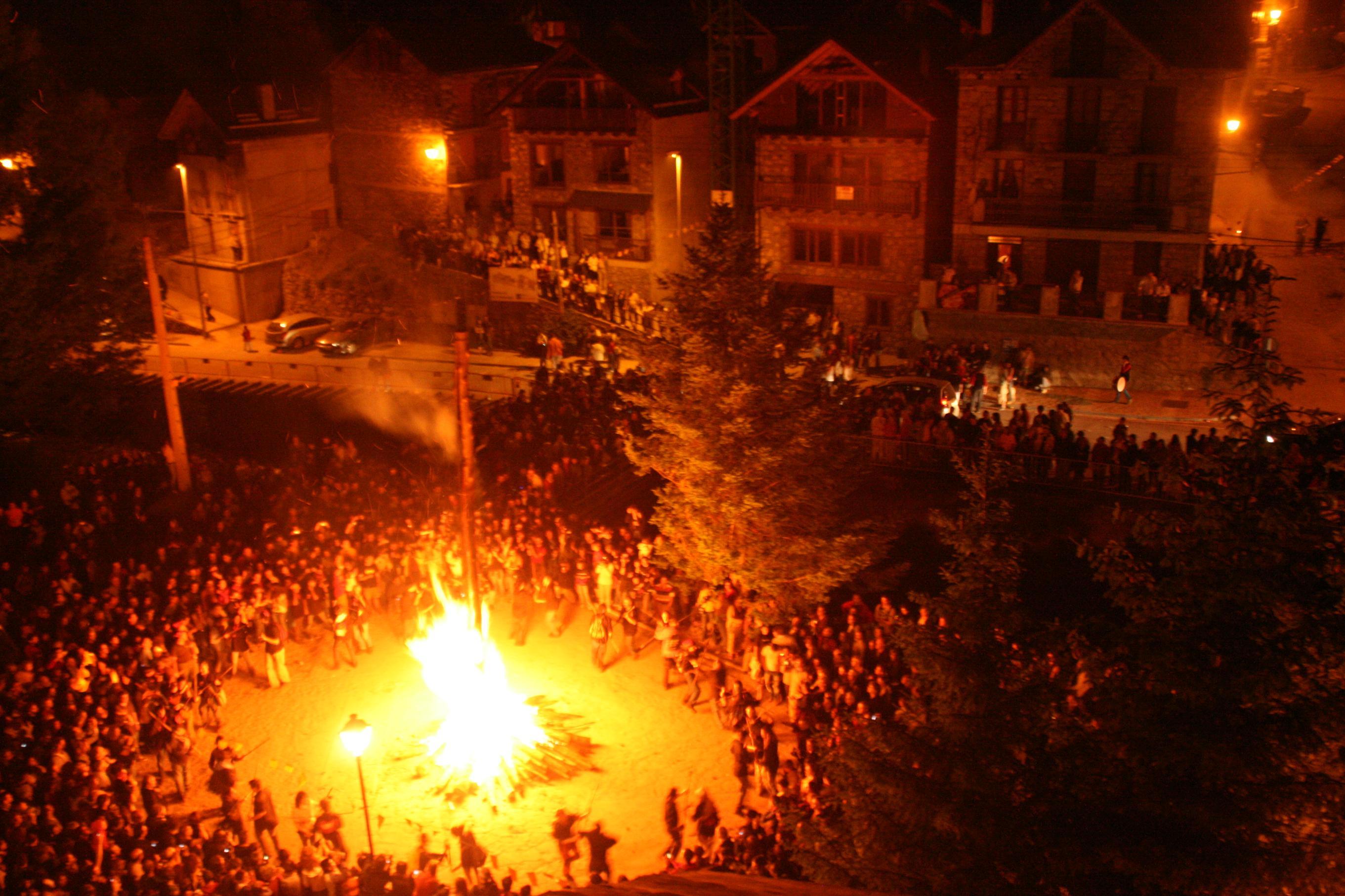 File:Les Falles d'Isil - Sant Joan 2008.JPG - Wikimedia Commons