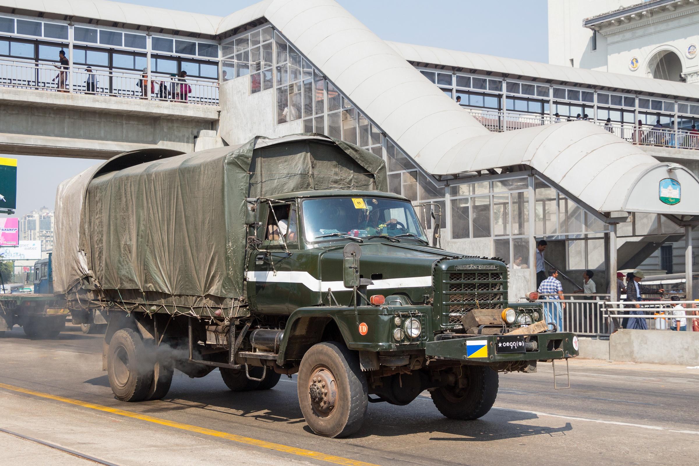 File Nissan Diesel Truck In Yangon 01 Jpg Wikimedia Commons