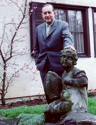 Norbert Schultze in the garden of Artur Beul and Lale Andersen in Zollikon
