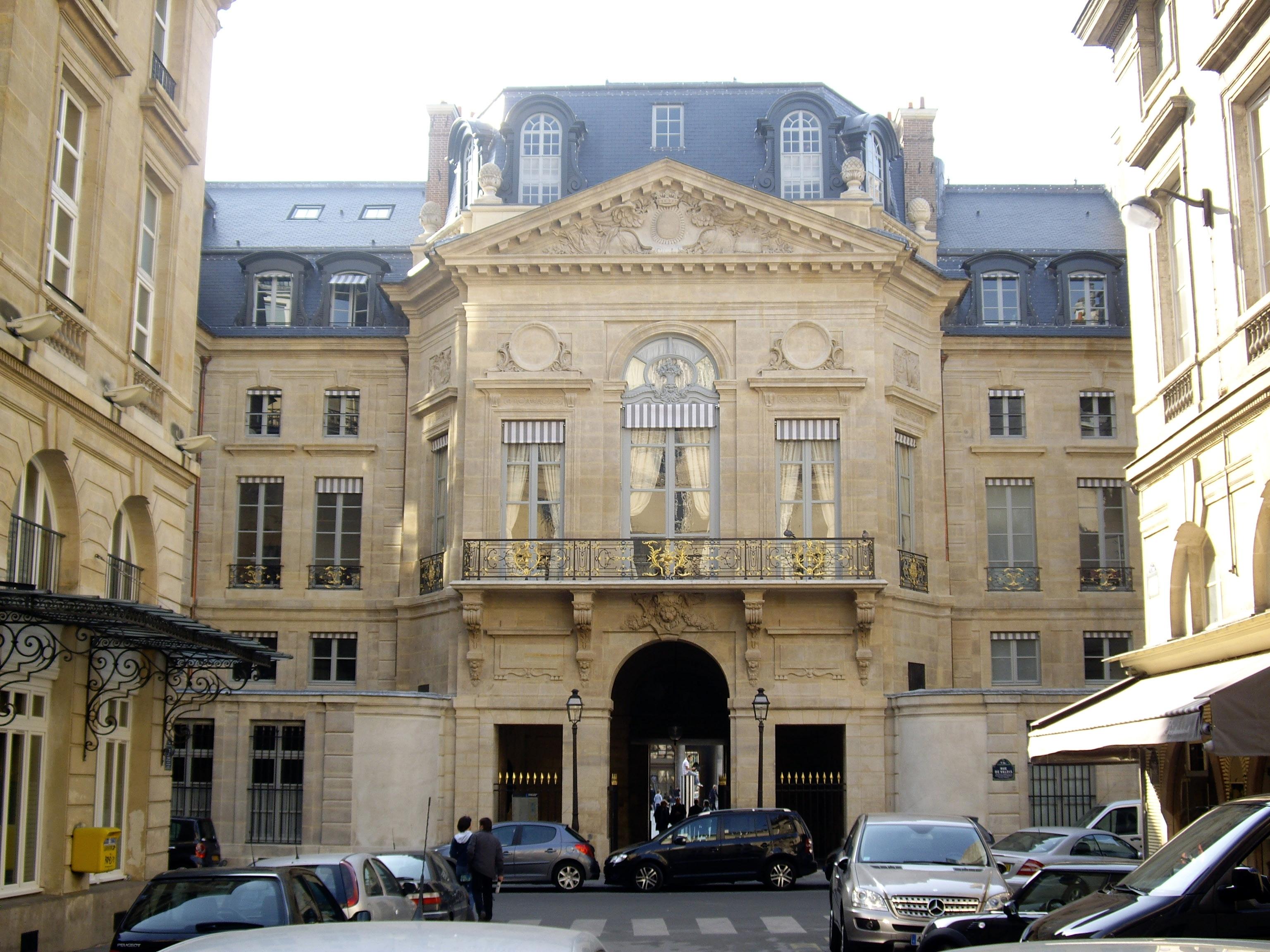 Fichier:Palais-Royal - Rue de Valois - Place de Valois, Paris 1.jpg