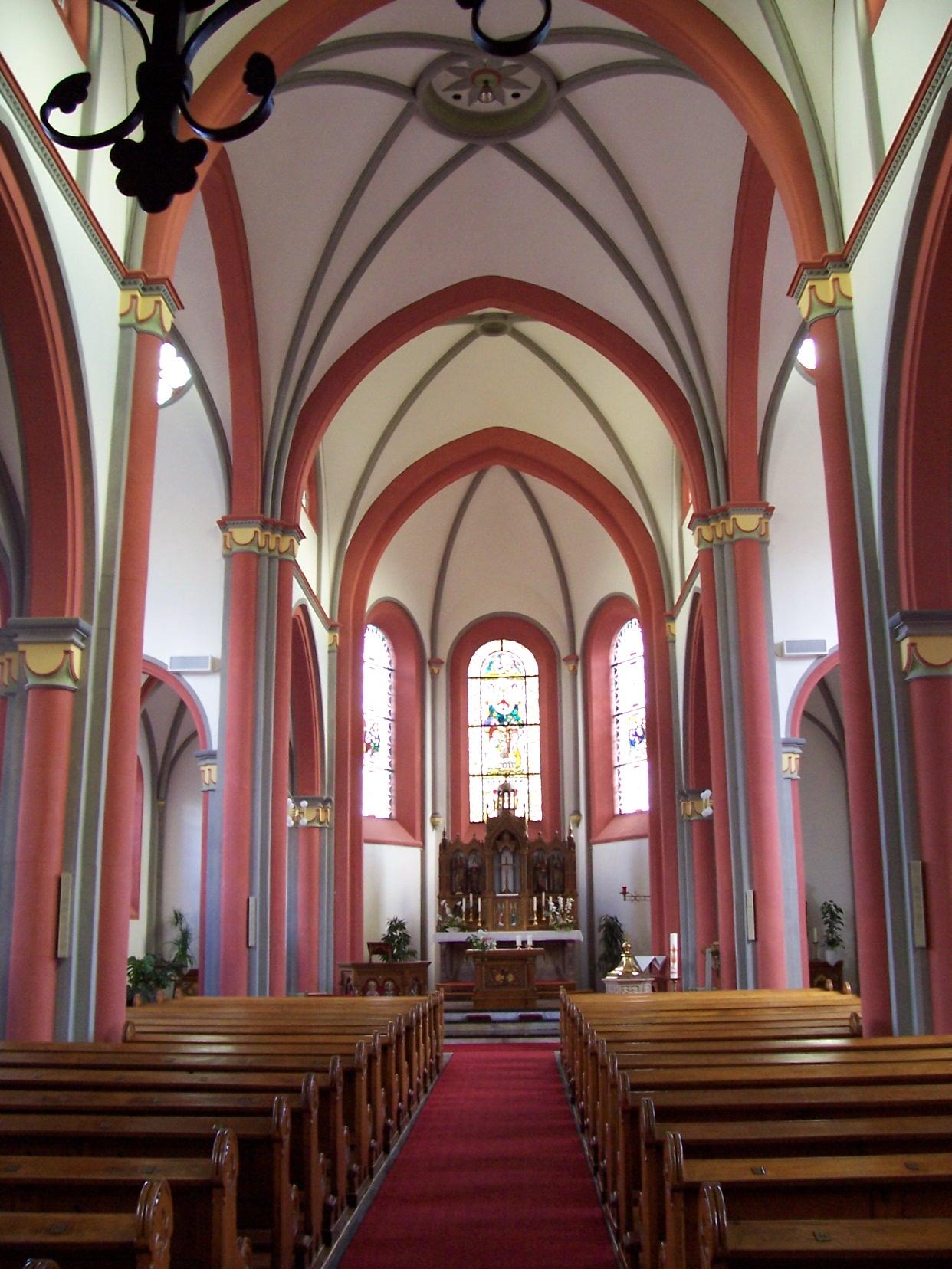 Pfarrkirche Heiligstes Herz Jesu (Hillesheim-Niederbettingen) Innenansicht.jpg