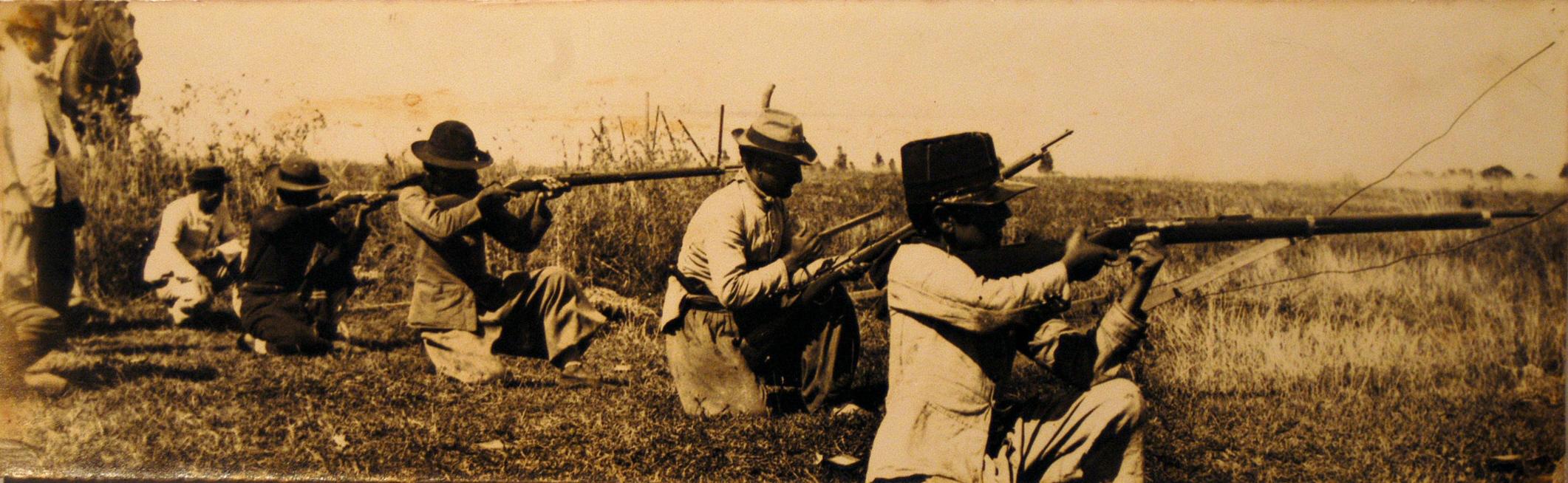 Prácticas de tiro de fuerzas saravistas.