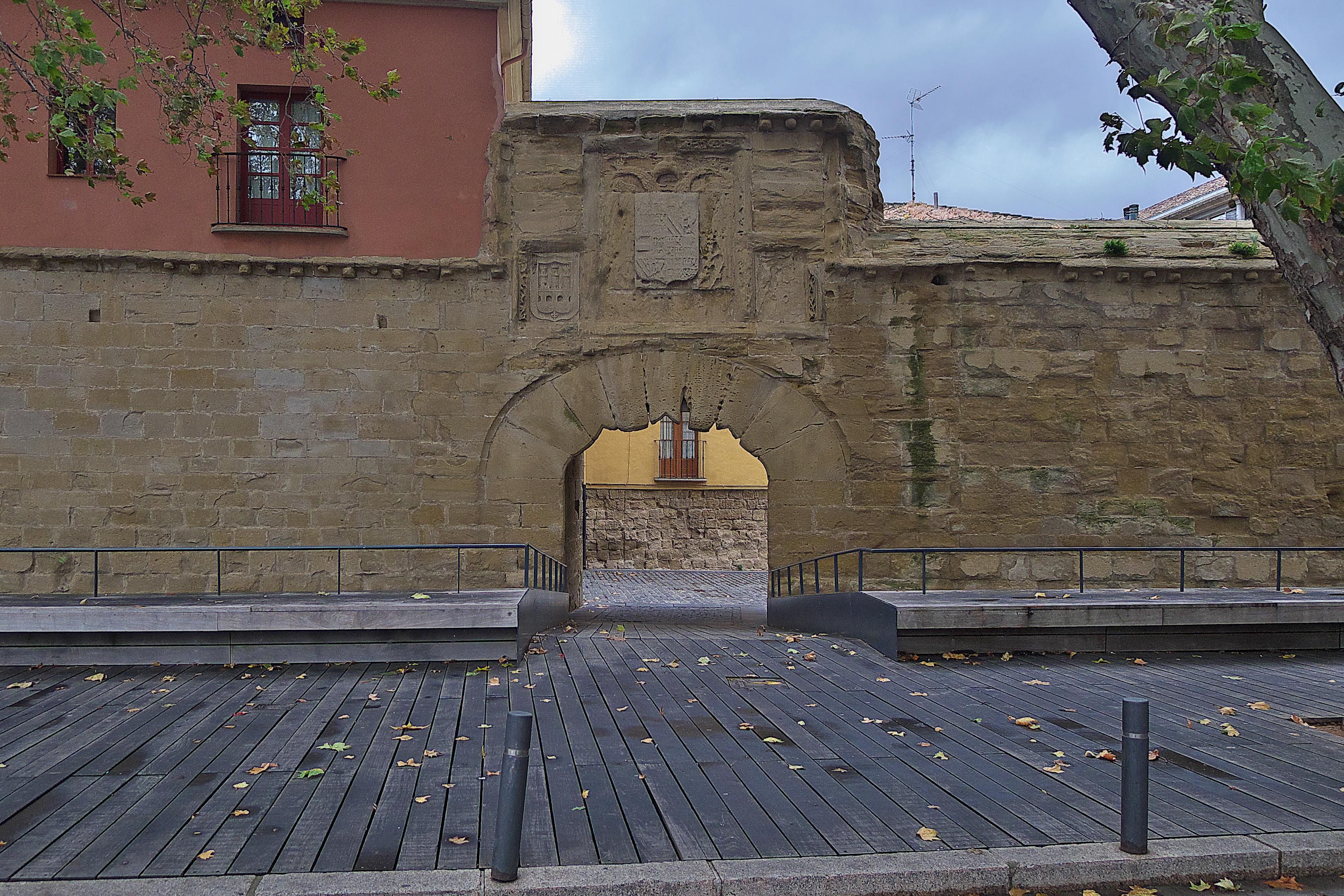 File:Puerta de Carlos V. Murallas (Logroño).jpg - Wikimedia Commons