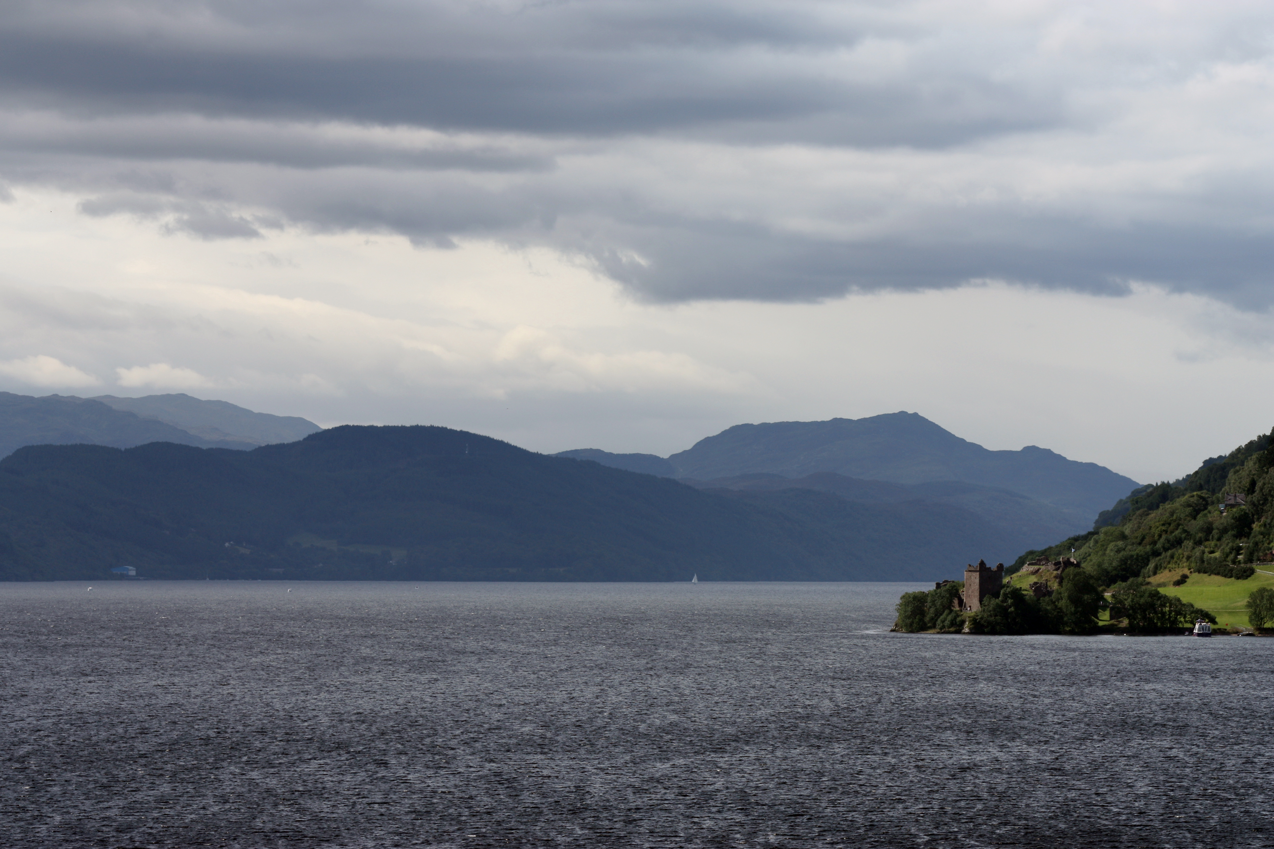 https://upload.wikimedia.org/wikipedia/commons/2/21/The_Loch_Ness_and_Urquhart_castle.jpg