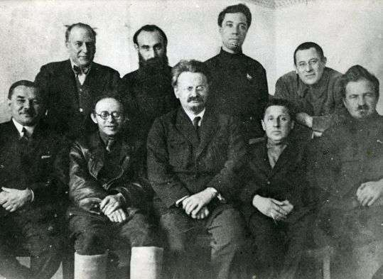 Miembros de La Oposición de Izquierdas en 1927. En el centro, León Trotsky. A su derecha, Karl Radek, uno de los antecedentes del nacionalbolchevismo