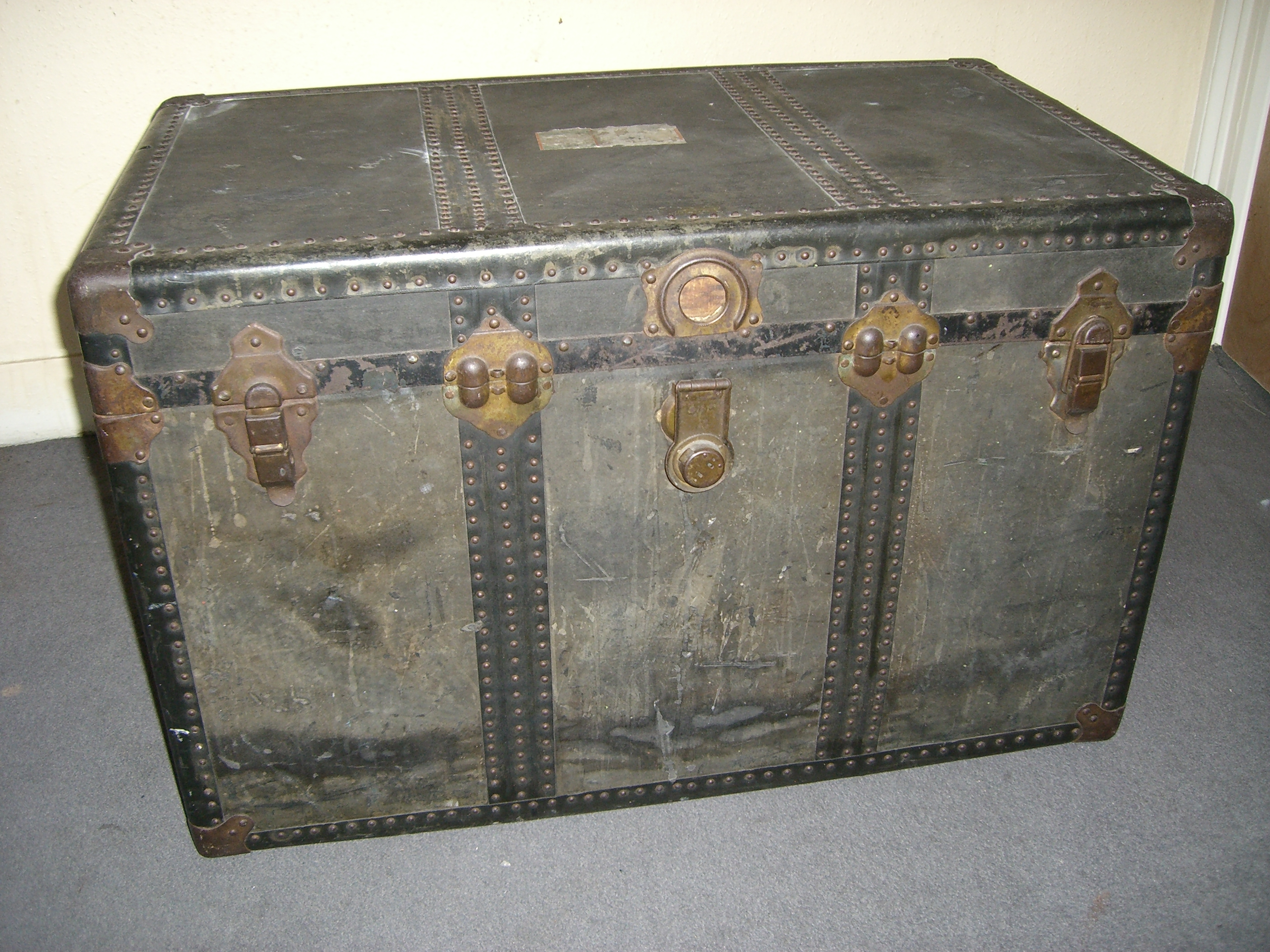 File trunk wikimedia commons for Meuble bureau qui se ferme