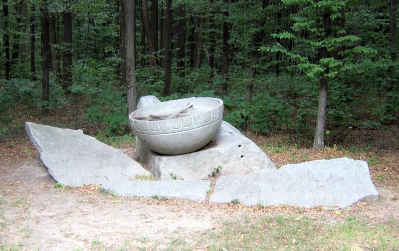 Пам'ятник козацькому скликові. Тут висів величезний казан, ударами в який скликали на раду або на битву