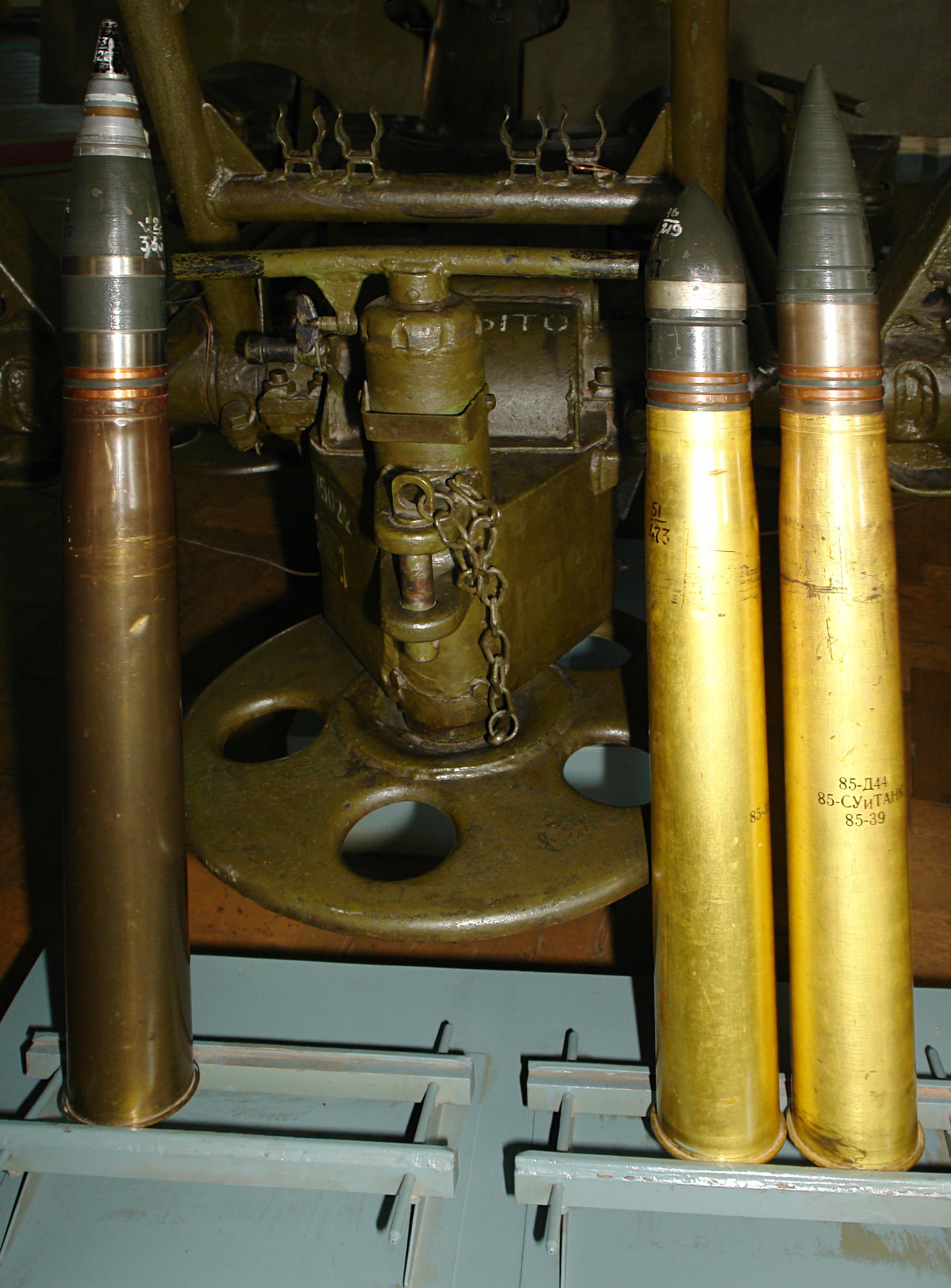 https://upload.wikimedia.org/wikipedia/commons/2/22/85-мм_зенитная_пушка_образца_1944_года_(снаряды).jpg