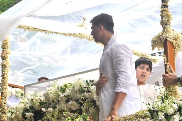 File:Akshay Kumar, Aarav at Rajesh Khanna's funeral 01.jpg
