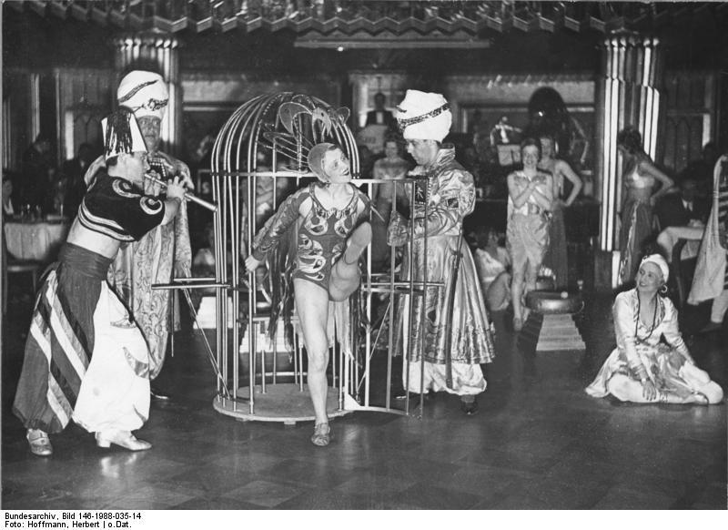 Bundesarchiv Bild 146-1988-035-14, Varietévorführung im Haus Vaterland.jpg