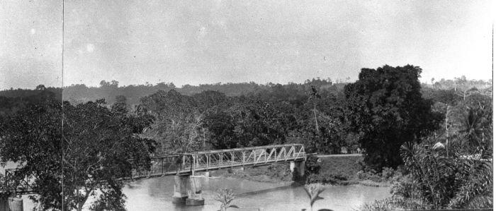 File:COLLECTIE TROPENMUSEUM Brug over de rivier Musi TMnr 60014422.jpg