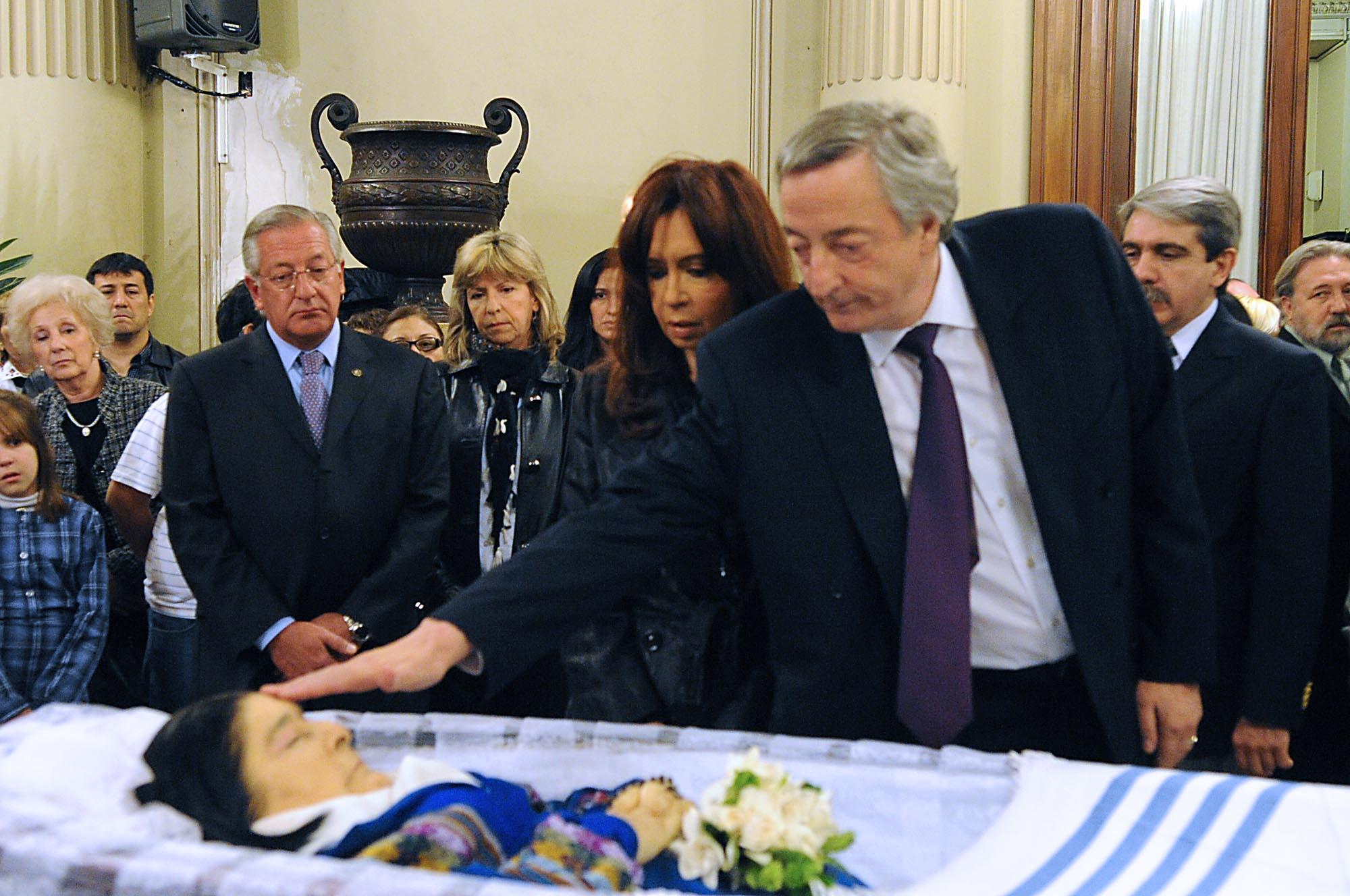 Mercedes Sosa velada en el Parlamento. El expresidente Néstor Kirchner (1950-2010) le toca la frente.