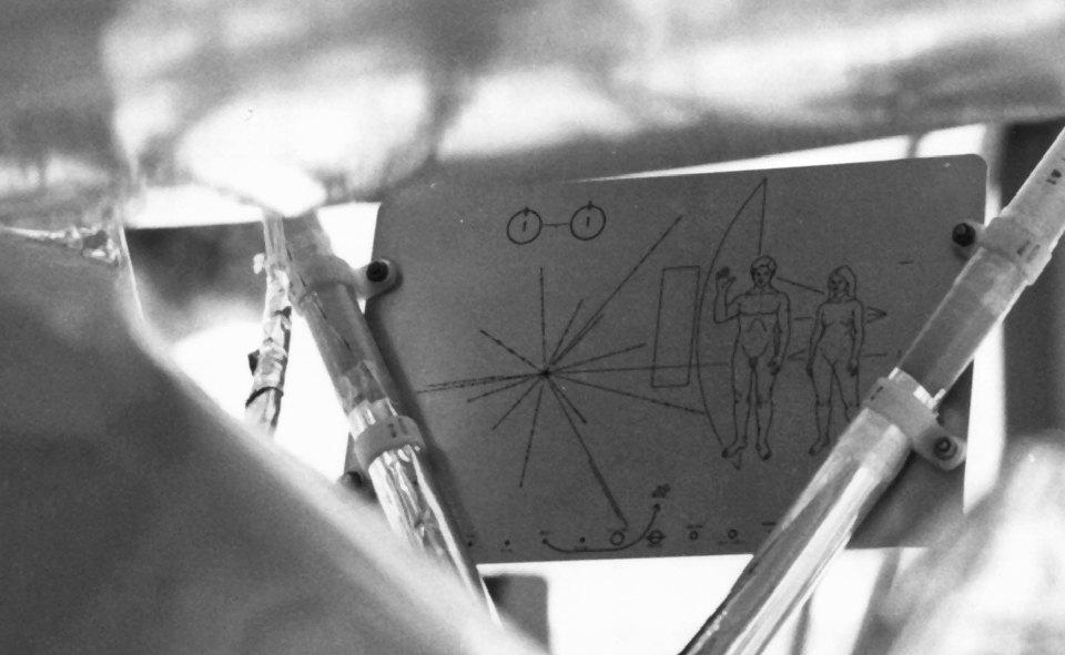 แผ่นแผนที่ไพโอเนียร์ (Pioneer Plaque) ที่ติดไปกับยาน Pioneer 10 และ Pioneer 11 เมื่อช่วงต้นทศวรรษปี 1970 (ภาพจาก NASA/HQ)