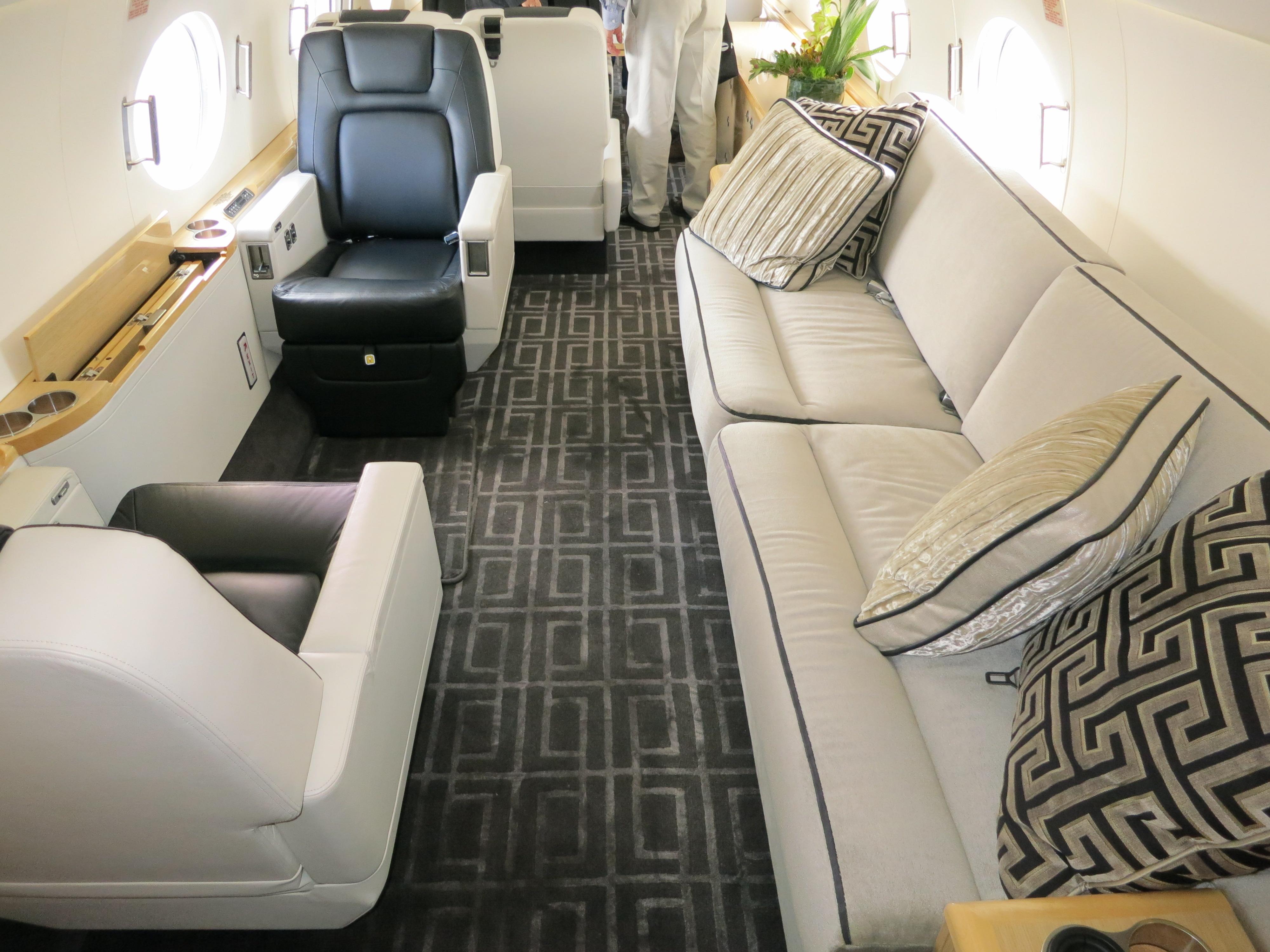 File gulfstream g550 cabin interior jpg wikimedia commons for Interior pics
