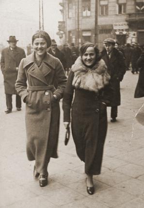 File:Ita Rosenzweig and her cousin Frieda Belinfante.jpg - Wikipedia