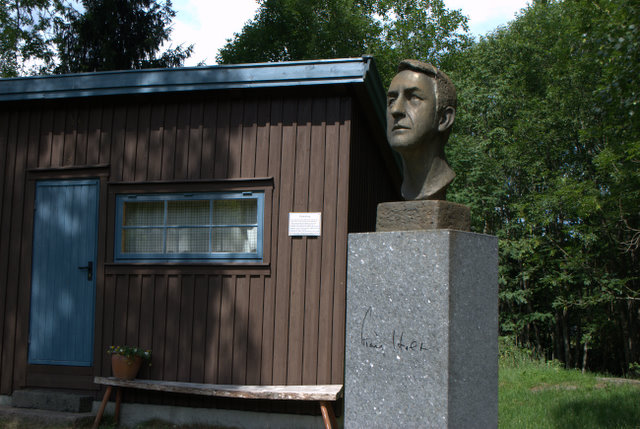 Kåre Holt bust at Reidvintunet in Holmestrand